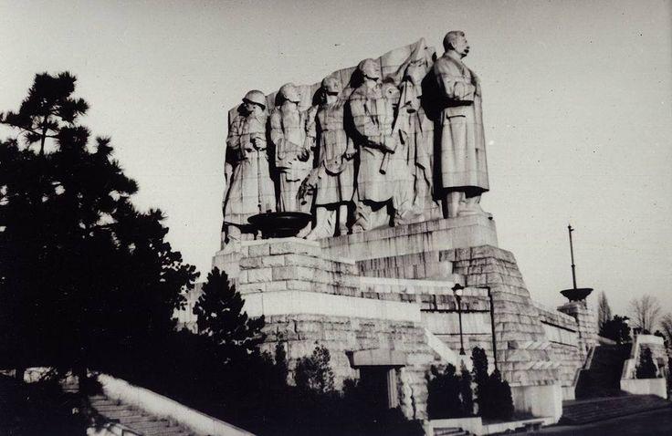 Строительство памятника Сталину началось в 1949 году и продолжалось шесть лет. Открытие памятника на Летенском поле в Праге состоялось 1 мая 1955 года. Памятник советскому генералиссимусу был самым большим за пределами СССР (высота 30,5 метров, вес 17 тонн). Символ «крепкой, гранитной дружбы чехословацкого и советского народов», прозванный чешскими гражданами «очередью за мясом», возвышался над чешской столицей лишь семь лет.