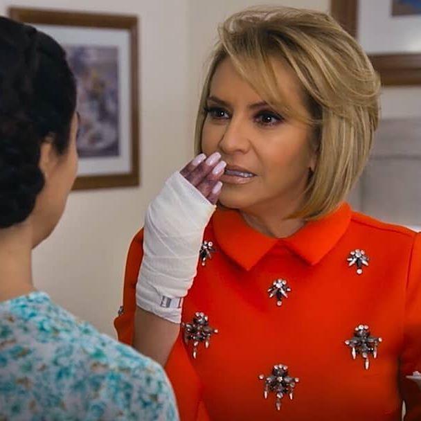¡Ahora hasta #Margara esta pagando los platos rotos! ¡Pero si no hace lo que #Roberta @danielacastro.oficial le dice, le va a ir muy mal! #MeDeclaroCulpable #Telenovela #Televisa