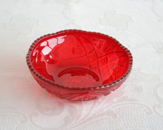 A Brockwitz / Eda /Karhula Curved Star small rosebowl in ruby red glass, made by Brockwitz or Eda (or perhaps Karhula) in Germany or Sweden. The bowl is in excellent condition, with no damage to the base. Collectable! The bowl is 12.5cm in diameter (approx. 5 inches). Extremely rare! Will look amazing next to other carnival glass Curved Star objects! I do combine shipping on several items. Please ask in advance about combined shipping.