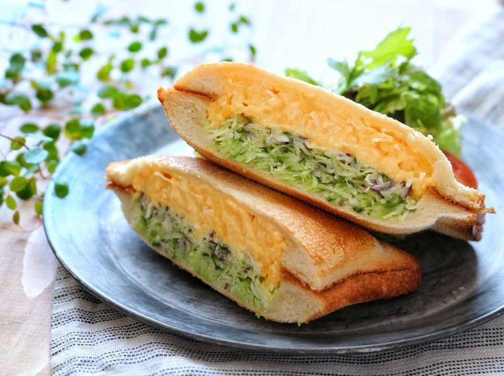 本日の‥ 朝ごパン ⿻*.· ・ ・ 今朝はスクランブルエッグと キャベツきゅうりのホットサンドで おはようございます. . 𖥧 𖥧 𖧧 ˒˒. . ・ ・ 先日 @ururun_u.u まきちゃんの作る 美味しそうなホットサンドを見ていたら #ホットサンドメッシュ が欲しくなり ついついポチッとね☝️ ・ ・ フラット部分が食パンの端をギュッと押さえて 耳がしっかりくっつく優れもの◎ ・ ・ メッシュで焼くからサクサクぅー(ʃƪ´`ิิﻬ`ิิ ) うみゃ─────♡ ・ ・ 昨日から高熱でぐた〜としてる息子っち( ¯ ¨̯ ¯̥̥ ) 一向に治る気配すらないので これから病院へ行ってきます ・ ・ 今日も素敵な一日を 、、⚮̈ .゜ ・ ・ #おうちごはん#朝ごパン#朝食#朝時間#食パン#たまごサンド #ホットサンド#ホットサンドメッシュ#サクサク #KAUMO#KURASHIRU#ベジフルスタイル#クッキングラム #LIN_stagrammer#delistagrammer#デリスタグラマー #ouchigohan#豊かな食卓#タベリー#断面#一眼レフ初心者