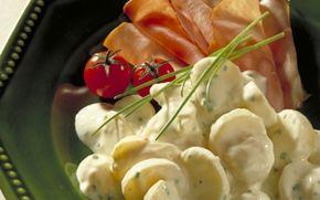 Kartoffelsalat med pikant ost Kartoffelsalat med dressing af A38 og Pikant friskost. Rigtig god variation!