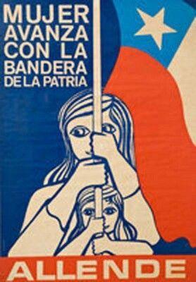 1970. Mujer avanza con la bandera de la patria