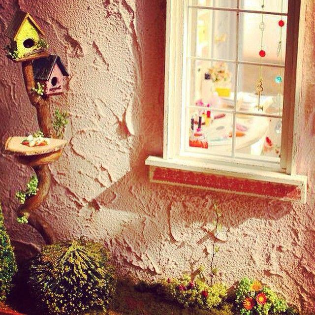 メイクルームの窓にサンキャッチャー✨お庭には鳥の餌台があります