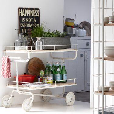 Unieke trolley Industry met twee lagen. Deze trolley is ideaal in de keuken en/of badkamer. Of gebruik de trolley Industry om mooie accessoires in tentoon te stellen. Deze etagere is gemaakt van metaal met houten planken.