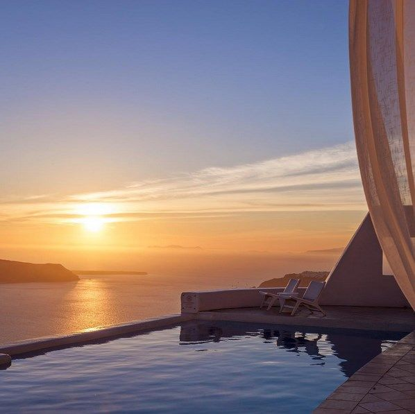 Breathtaking #sunset at #AstraSuites. #ADayatAstraSantorini http://blog.tresorhotels.com/en/secrets/hotels/1380-adayatastrasantorini-mia-mera-sto-astra-suites-sth-santorinh-me-ton-general-manager-giwrgo-karagiannh