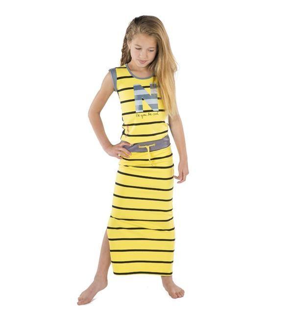 Ninni Vi maxi jurk met streepdessin en letter N aan de voorzijde. De rug van deze jurk is uni van kleur.