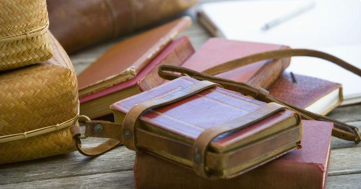 Faça a sua própria capa de diário de couro com um pedaço de couro tingido em sua cor favorita ou com desenhos em relevo. Coloque páginas com linhas para diário ou folhas em branco ...
