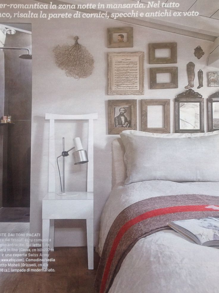 CasaFacile settembre. Appartamento vintage Modena. Pareti di cornici, specchi, ex-voto