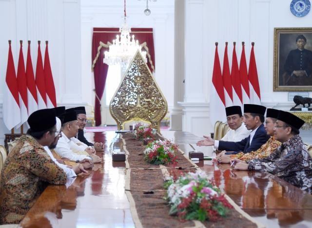 Presiden Jokowi menerima perwakilan Gerakan Nasional Pengawal Fatwa Majelis Ulama Indonesia (GNPF MUI) di Istana Merdeka, Minggu (25/6) sore. JAKARTA ,25 Jun 2017-Presiden Joko Widodo menerima perw…