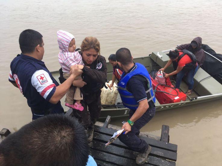 3 niños y 3 adultos atrapados en Barra del Colorado