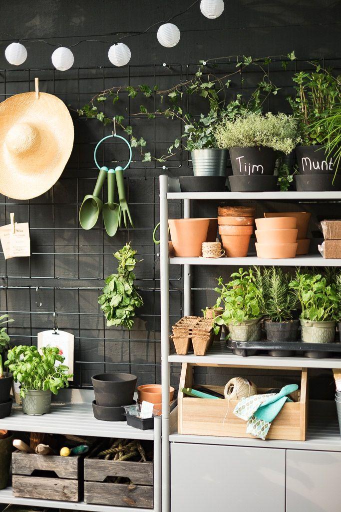 Verleng je keuken naar het balkon   IKEA IKEAnl IKEAnederland urban tuin planten plant groen duurzaam kweken stad lente zomer kruidentuin inspiratie BARSÖ klimplantrek potten plantenbak HINDÖ kast
