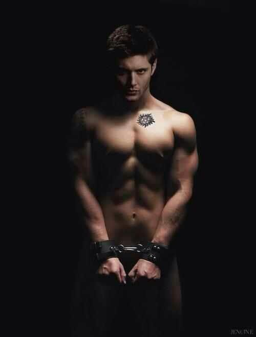 Dean Winchester. This is a good look for him... I would do the same if I had him... Jensen Ackles Mais