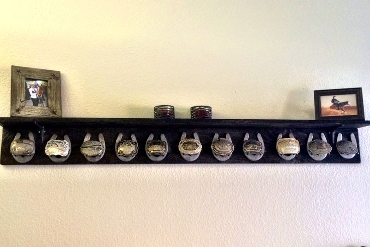 Belt buckle display with horseshoes