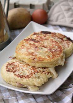Focaccine di patate filanti cotte in padella1,2 kg di patate-250 gr di farina 00-1 uovo-1 cucchiaino di sale-1 spolverata di noce moscata 1 bustina di lievito istantaneo Per farcire: 1 etto di prosciutto cotto 1 etto di formaggio filante (tipo galbanino)