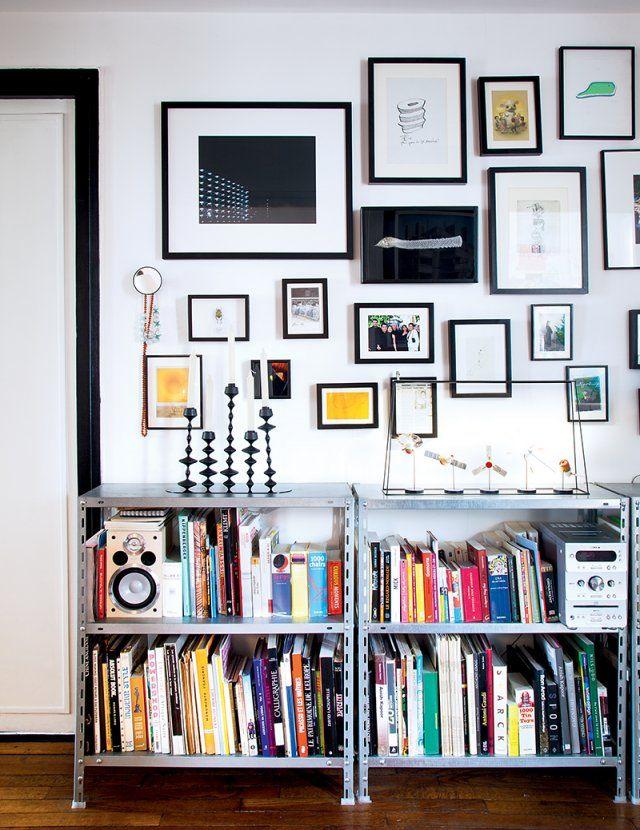 Une bibliothèque constituée d'étagères en acier