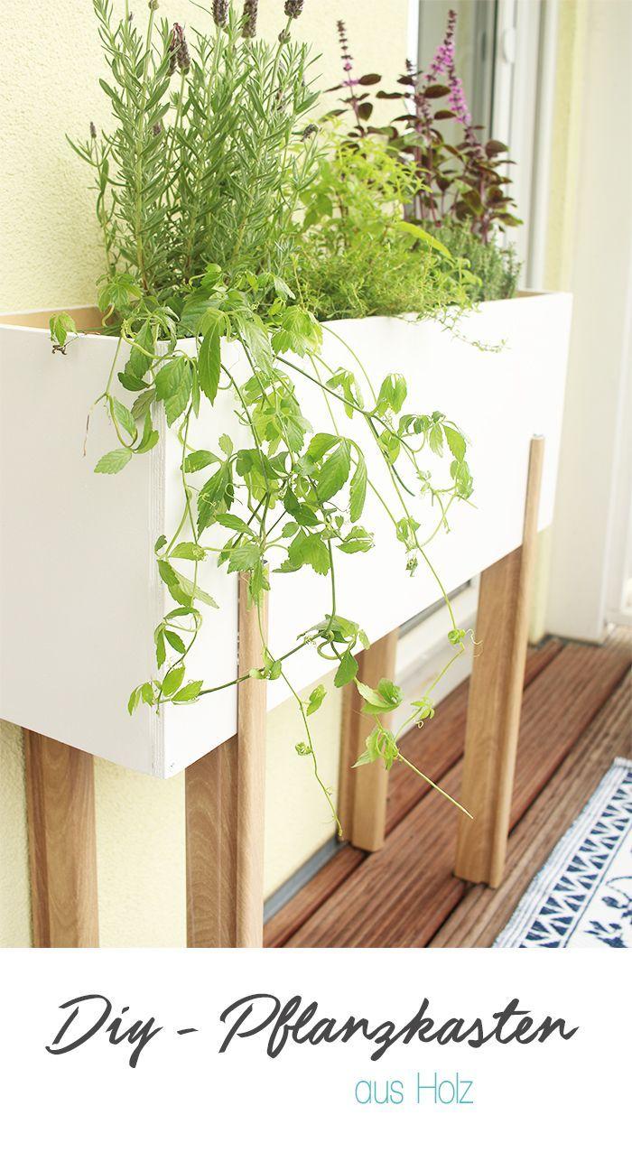 Selber machen: Gemütlicher Balkon mit selbst gebautem Pflanzständer