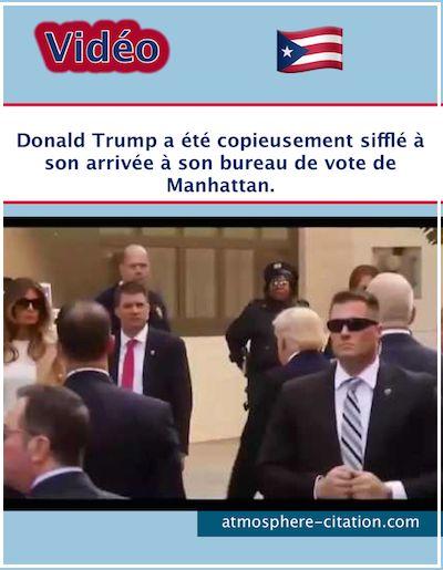 Vidéo Donald Trump a été copieusement sifflé à son arrivée à son bureau de vote de Manhattan. Le candidat républicain était accompagné de son épouse. Sa fille Ivanka et son mari, Jared Kushner, ainsi que la fille du couple, Arabella étaient aussi présents. Dès que l'adversaire d'Hillary Clinton est sorti de son véhicule avec …