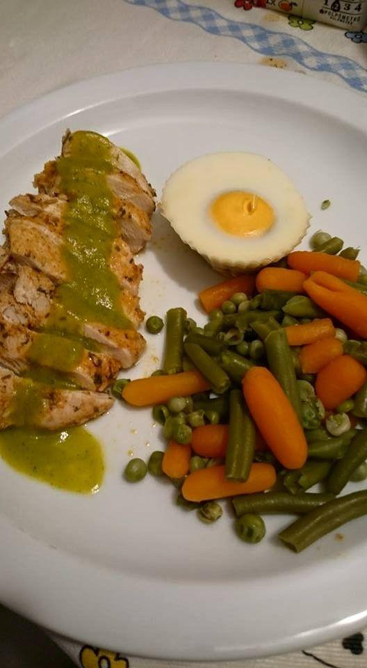 Cozinhar em pirâmide. 3 em 1 - Creme de legumes com peito de frango e molho verde, acompanhado com legumes e ovos escalfados.  Tudo ao mesm...