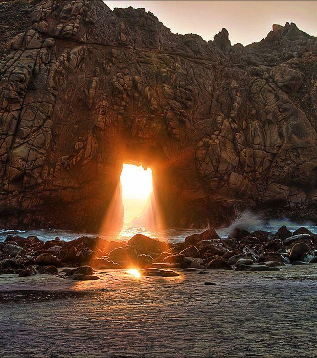 A Pfeiffer Beach, en Californie, le spectacle est au rendez-vous lors du coucher de soleil