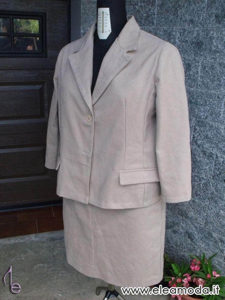 Blazer classico donna. Tailleur sportivo con giacca monopetto e tasche a filetto con patta suite con gonna a tubino in cotone. by eleamoda