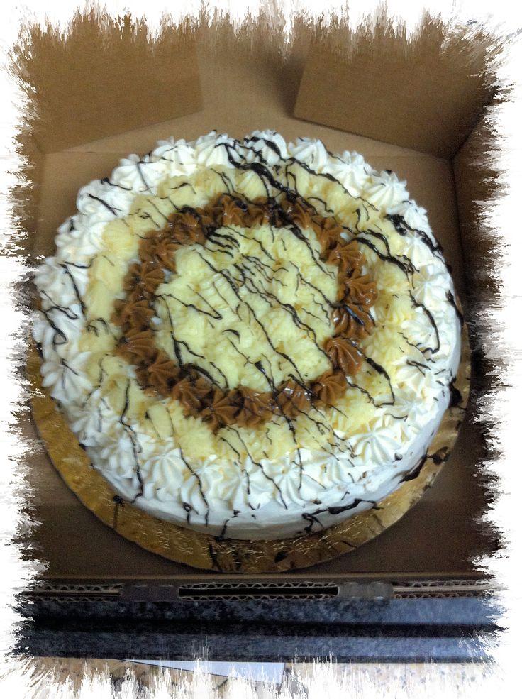 Bizcochuelo vainilla, relleno de dulce de leche, crema chantilly, pastelera y duraznos en almibar