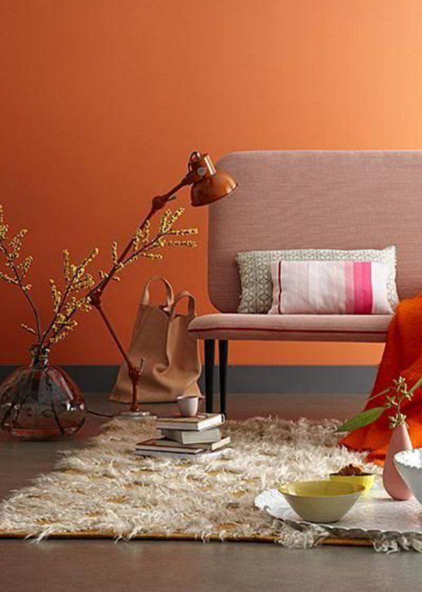 Γγρ│ Un orange abricot sur les murs, de la même gamme de tons que la lampe, apporte une sensation de chaleur et enrobe sans l'écraser le canapé marron-glacé pour un confort gourmand et contemporain.