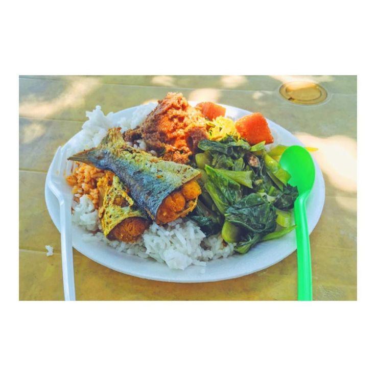 今日のお昼ごはん おいくらでしょう( ) Guess how much for this healthy lunch? 今日も浜辺のレストランで昼食をとりました お魚に鶏肉たっぷりの野菜もあって 総額いくらだと思いますか #ランカウイ島 #海外移住 #海外旅行 #世界周遊 #マレーシア #マレーシア生活 #マレーシア料理 #マレーシアごはん #マレーシアライフ #マレーシア旅行 #マレーシア暮らし #ローカルレストラン #ローカルレストランおいしいよ #現地のレストラン