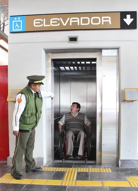 Julio César Núñez intenta ingresar, pero el elevador aún no funciona y no hay rampa para desplazar su silla de ruedas FOTO: Adrián Hernández...