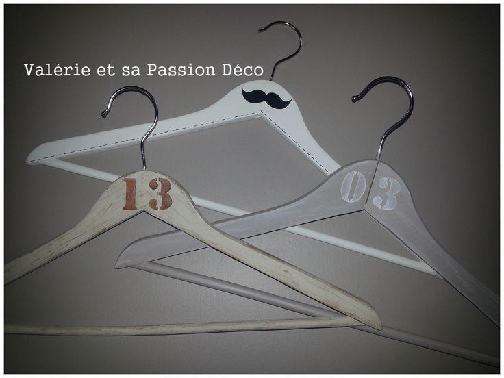 """Cintres  Peintures et Pochoirs """"Moustaches"""" et """"Alphabet Factory""""  de chez """"Passion Déco"""""""