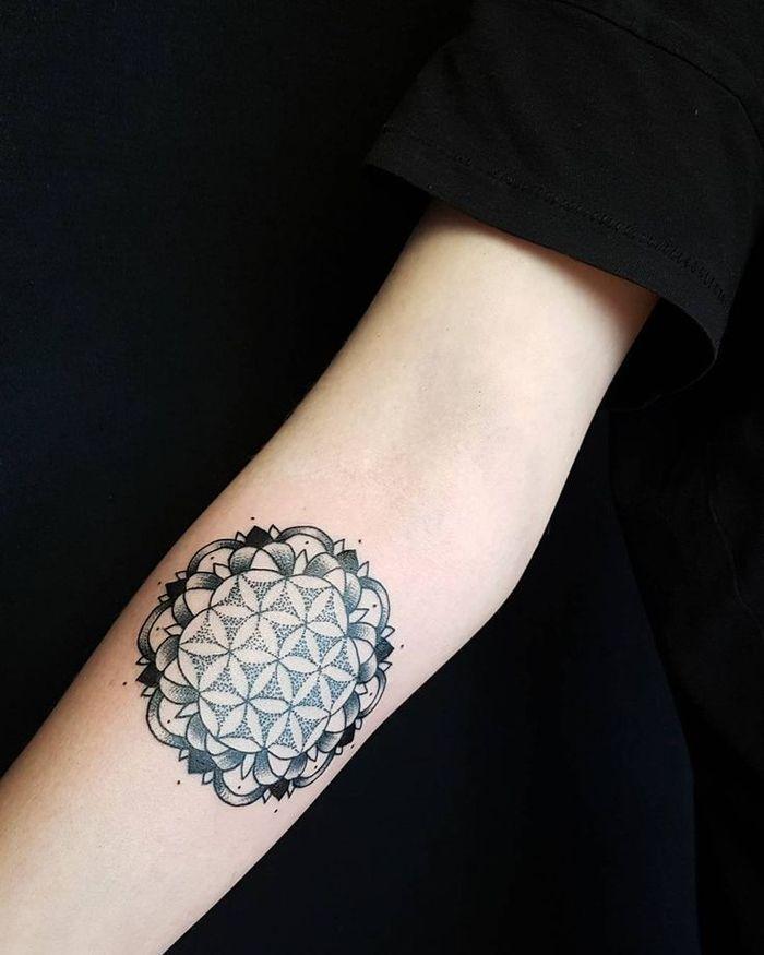 les 10 meilleures id es de la cat gorie tatouages de cercle sur pinterest tatouage circulaire. Black Bedroom Furniture Sets. Home Design Ideas