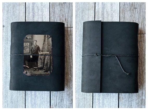 Ce cuir noir journal dispose d'une photo de type étain antique sur la couverture rendant parfait pour quelquun avec une passion pour le passé ou à utiliser un livre d'or pour votre Halloween party cette année!  Les caractéristiques du journal: -200 pages (en comptant les deux côtés), dun blanc éclatant, 67 lb, non doublés de papier -le papier est sans acide, solide avec une dent légère et fonctionne merveilleusement avec tous les sèches médias, plume et encre et peut même gérer lumière…