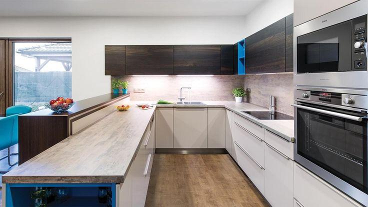 Moderní kuchyně v azurovém kabátku