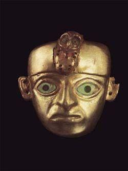 máscara de la cultura Moche (norte del Perú actual). Es de oro con incrustaciones de concha perla.