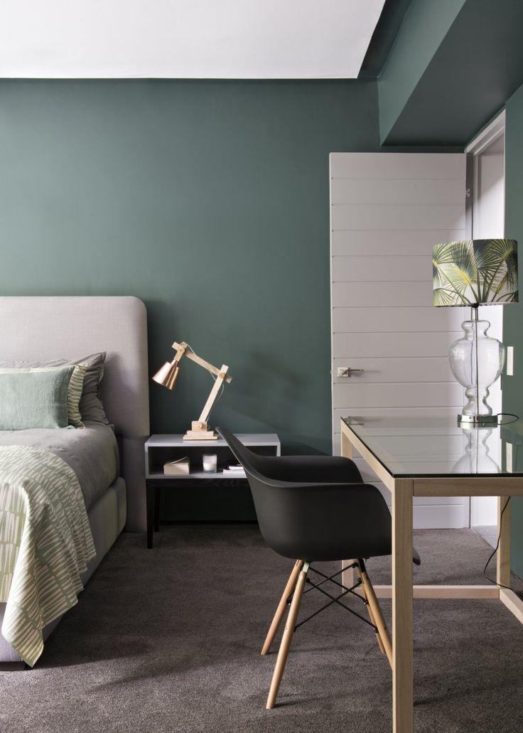 <p>Dans la chambre d'amis, le vert est à l'honneur. Murs peints avec la teinte Cape Cliffs de Plascon.Couvre-lit et coussins à motifs, Skinny Lamink. Bureau en verre,...