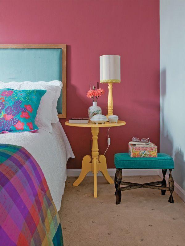 Quarto de casal com decoração rosa, azul e amarelo