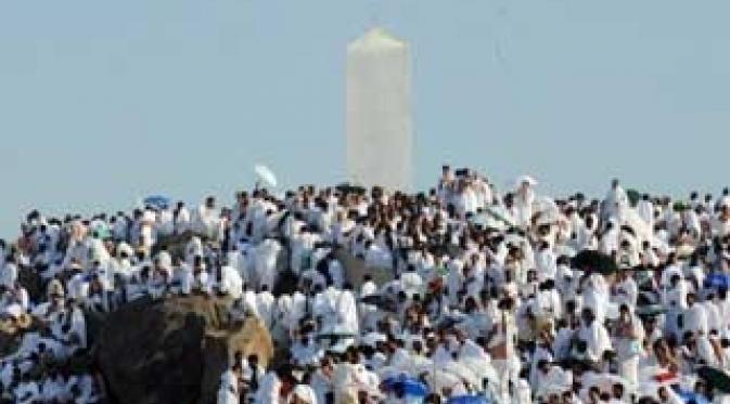 Ribuan jamaah haji memadati Jabal Rahmah menjelang Wukuf di Padang Arafah, Mekkah, Arab Saudi