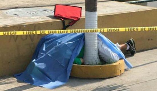 Se desploma y muere frente a plaza americas - http://www.esnoticiaveracruz.com/se-desploma-y-muere-frente-a-plaza-americas/