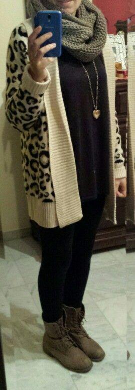 Animal print + negro. Camiseta: Zara. Leggins: Stradivarius. Colgante: Parfois. Cardigan y botas: tiendas locales.