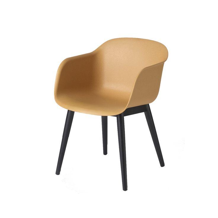 Fiber karmstol är designad av Iskos-Berlin för Muuto. Det är en allsidig stol tillverkad i ett nytt innovativt skalmaterial av återvinningsbar plast och träfibrer. Med en känsla för detaljer, är varje linje och kurva utformad för att ge maximal komfort utan att ta för mycket plats.
