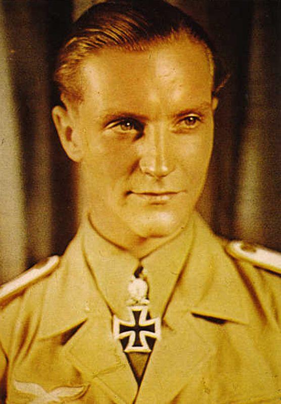 """3° Reich (170)Hans-Joachim Marseille (13 dicembre 1919 - 30 Settembre 1942) è stato un pilota di caccia della Luftwaffe e volare asso durante la Seconda Guerra Mondiale. Egli è noto per le sue battaglie aeree durante la Campagna del Nord Africa e del suo stile di vita bohemien. Uno dei piloti da caccia di maggior successo, è stato soprannominato la """"Stella d'Africa""""."""