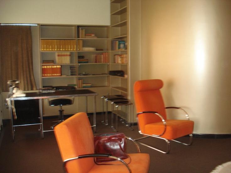De woonkamer met bureau.
