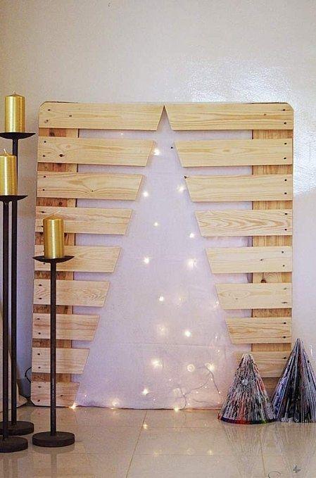 Découpe dans la palette pour reproduire un sapin de Noël  http://www.homelisty.com/15-sapins-de-noel-originaux-en-palette-photos/