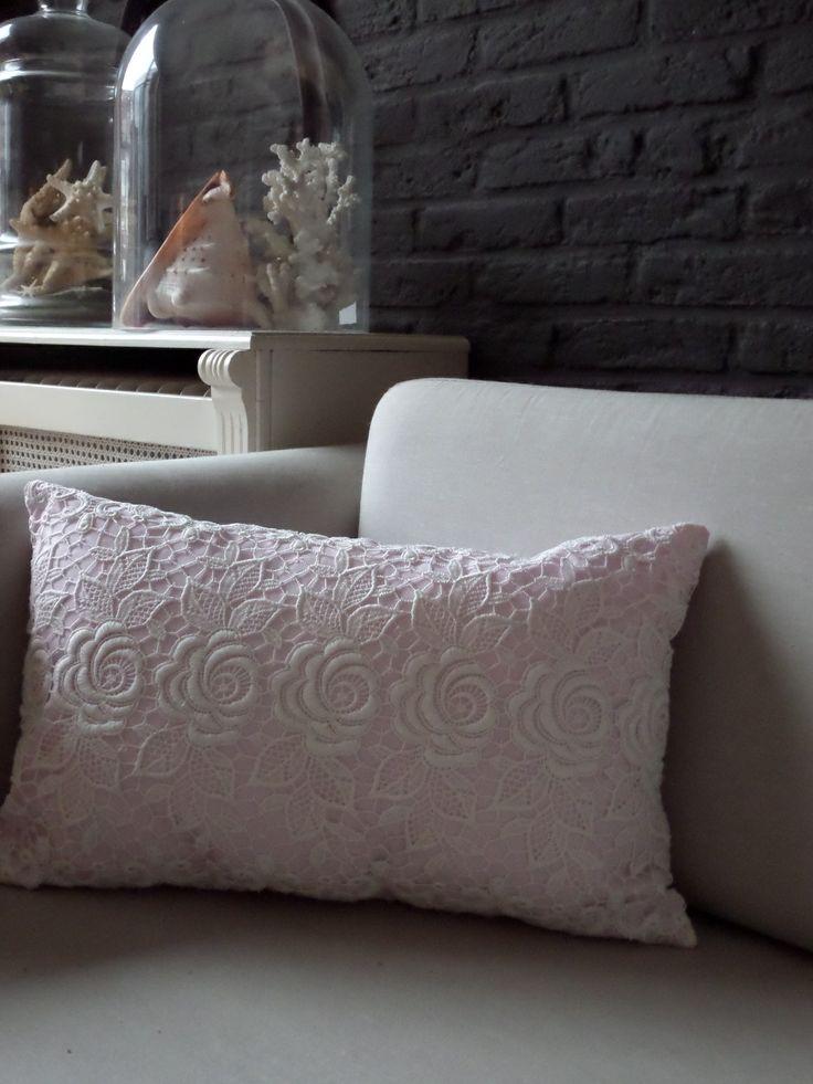 poeder roze kussentje met off white kant verkrijgbaar via www.philomenelensveld.blogspot.nl