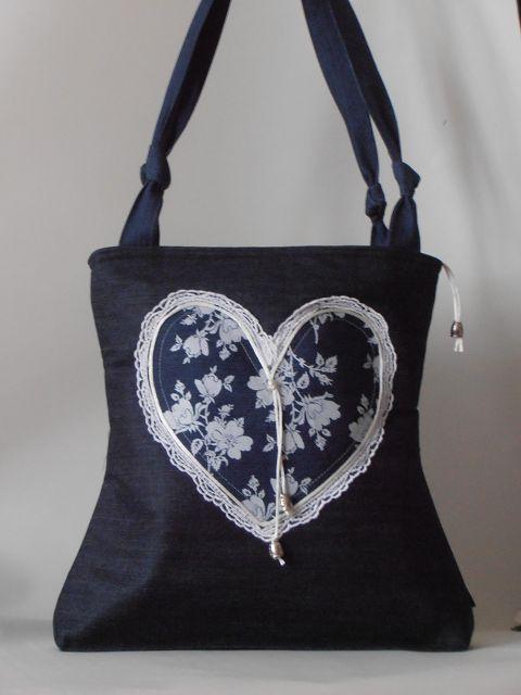 Valentin napi farmer táska, szív motívummal díszítve