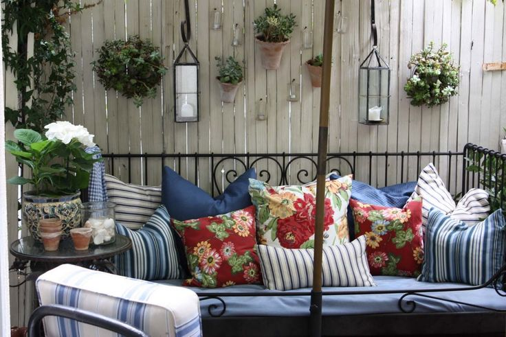 Lovely Daybed And Wonderful Decorations On The Fence With