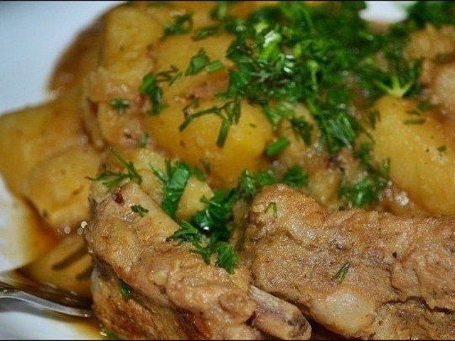 Готовим в мультиварке. Картофель с копчеными ребрами http://feedproxy.google.com/~r/anymenu/hMaC/~3/wgsVyrN9ojk/  Для приготовления такого сытного блюда понадобится хорошая качественная картошка, не слишком крахмалистая, а также ребрышки, которые можно выбирать на свое усмотрение. Для приготовления в мультиварочном устройстве сытного блюда с ребрышками и картошкой
