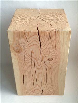 Originale tronco in legno lavorato a mano adatto come seduta o tavolino vicino al divano  levigato e tinteggiato con vernice ad acqua  Misure orientative: L 20x20 H40 cm