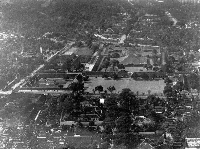 Foto udara Istana Mangkunegaran di Solo, 1940  Foto: Koninklijke Nederlandsch-Indische Luchtvaartmaatschappij (KNILM) Fotostudio