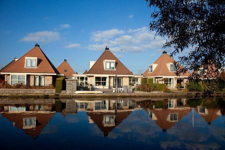 Woudsend Luxe vakantiehuis op waterpark  Woudsend : Vakantiewoning aan het water. Woudsend gelegen tussen het Heegermeer en het Slotermeer is een van de mooiste watersportdorpen van Friesland. Vooral in de zomermaanden hangt hier een gezellige en maritieme sfeer. Bij de brug in het centrum is het een komen en gaan van vele bootjes. Het luxe moderne vakantiehuis is gelegen aan de rand van het dorp in een nette recreatiewijk. Het terras van deze vakantiewoning ligt op het zuiden aan het water…
