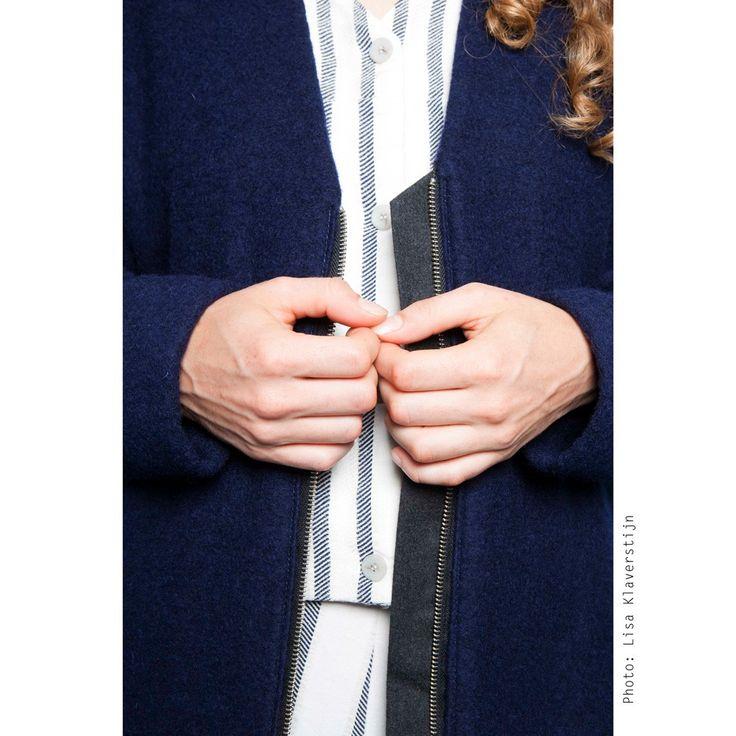 Overmaatse jas met raglanmouwen, voorzakken en een tweeweg rits. Lange V, zachte witte voering, donkerblauwe wol. #damesmode #wintermode